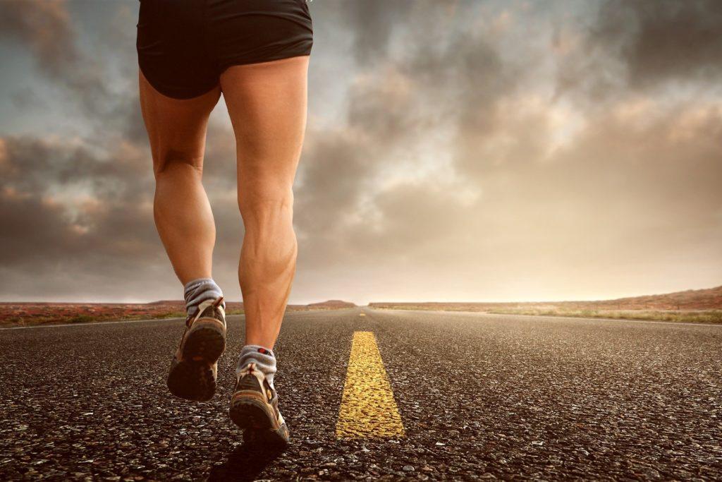 Auch beim Laufen stabilisiert der gluteus medius!